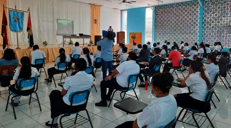 Estudiantes de la Escuela Normal Alesio Blandón, sentados mirando la película Sandino