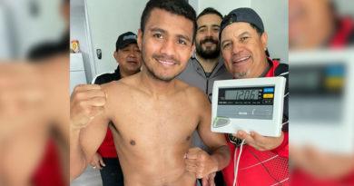 """Román """"Chocolatito"""" González durante su segundo pre pesaje exigido por el CMB, previo a su revancha contra el """"Gallo"""" Estrada."""