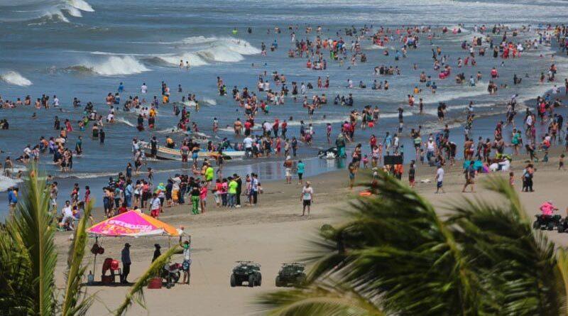Nicaragüenses visitan las diferentes playas del país durante el verano