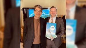 El Director para la Américas, Señor Sang Cheon Lee, con el Embajador Coronel.