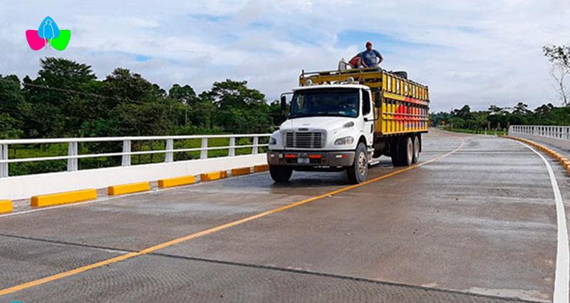 Camión avanzando sobre puente recién construido en Nicaragua