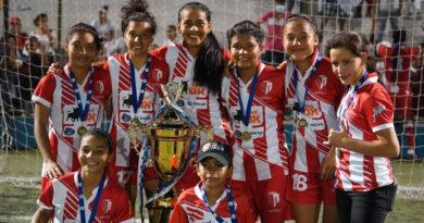 Jugadores del Real Estelí celebrando su triunfo en el torneo de fútbol femenino de primera división ante la UNAN-Managua.