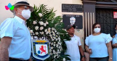 Alcalde de León Roger Guardian, junto con autoridades del Frente Sandinista entregan ofrenda floral al poeta nicaragüense Rubén Darío.