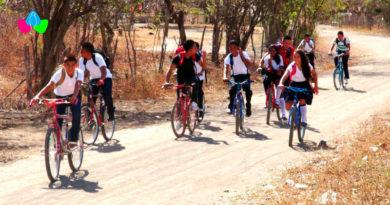 Estudiantes de primaria y secundaria en el campo se dirigen a sus escuelas a bordo de sus bicicletas.