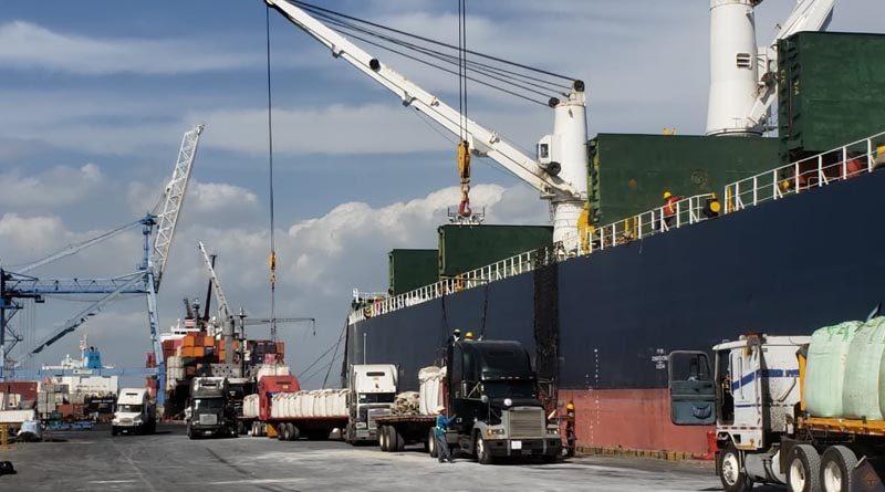 Trabajadores de la Empresa Portuaria Nacional en labores en el Puerto de Corinto