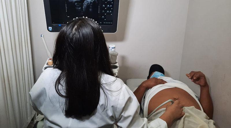Un paciente es atendido durante la jornada de ultrasonidos realizada en el Hospital Manolo Morales