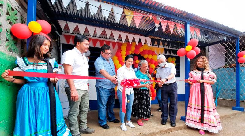 Señora Miriam Torres, junto a representantes de la Alcaldía de Managua y la embajada de Taiwán, en el acto de entrega de su nueva Vivienda Digna.