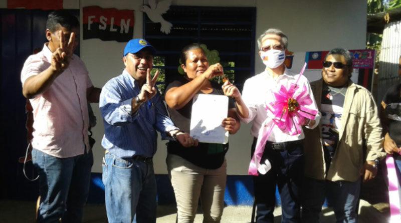 La protagonista Karla Vanessa Silva Hernández junto a las autoridades de la Alcaldía de Managua en la entrega de su vivienda digna.