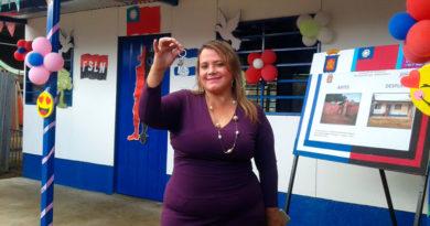 Jackeline Andrea Araya Navarro, habitante del Barrio Nueva Nicaragua, del Distrito V de la Capital, con las llaves de su nueva Vivienda Digna y Segura.