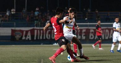 Jugadores del Diriagén FC y el Managua FC durante el clásico capitalino en Managua.