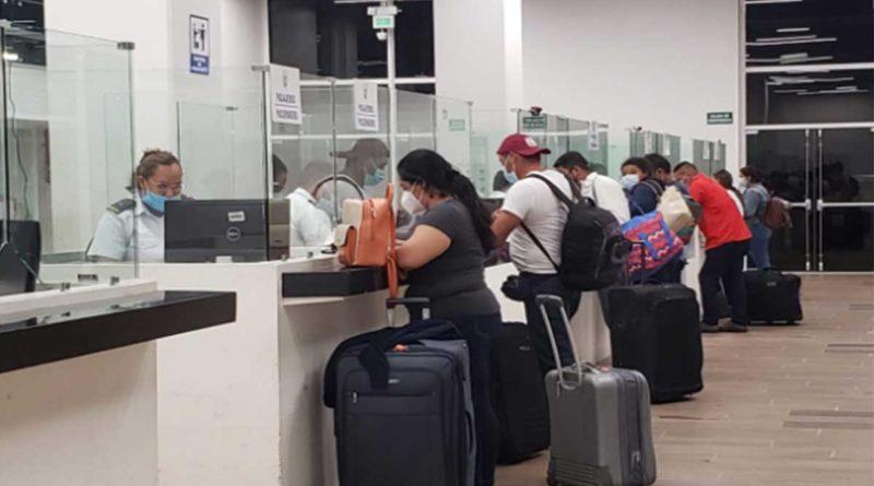 Nicaragüenses en oficinas del Ministerio de Gobernación procedentes de Panamá