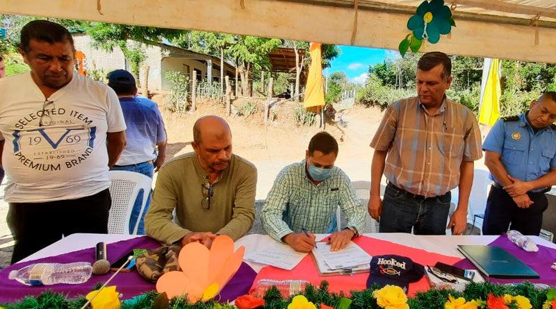 Autoridades del FISE firmando contrato de inicio de proyecto de agua y saneamiento en comunidades de Diriamba