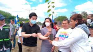 Autoridades del MARENA, INAFOR y ONGs sembrando árboles en Managua