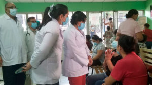 Doctora Carolina Dávila, Asesora Presidencial en temas del SILAIS-Managua, escuchando opiniones y sugerencias de pacientes del hospital Antonio Lenin Fonseca de Managua, Nicaragua.