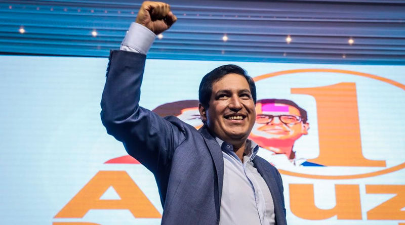 Andrés Arauz, candidato a la presidencia de Ecuador de la alianza Unión por la Esperanza (UNES), saludando alegremente a sus simpatizantes.