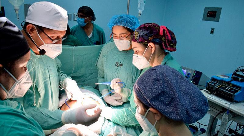 Médicos del Hospital Bertha Calderón de Managua realizan cirugía de espina bífida en el vientre materno.