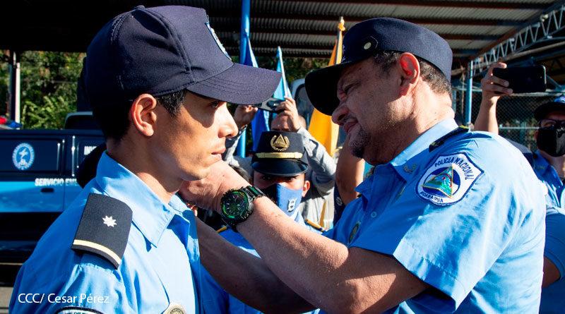 Oficial de la Policía de Nicaragua Wilfredo Ezequiel Cerda recibiendo Medalla al Valor y siendo ascendido en grados