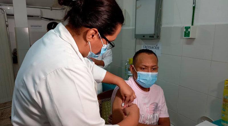 Personal de salud vacuna a ciudadano nicaragüense en Chinandega contra la Covid19