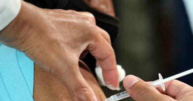Personal de salud vacunando contra el covid-19