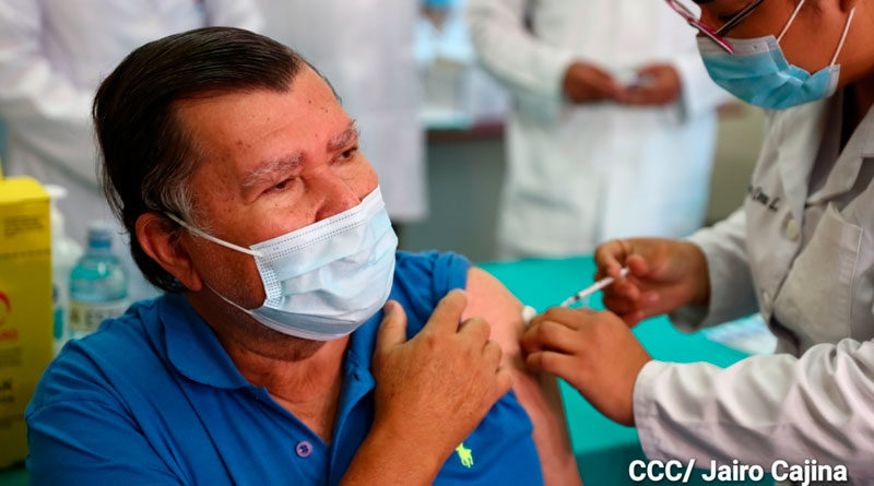 Primera persona siendo vacunada contra el Covid-19 en Nicaragua
