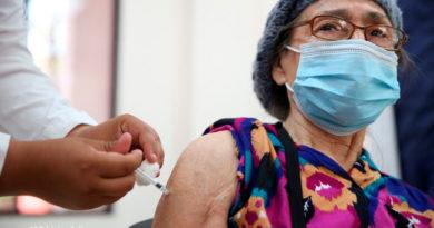 Paciente del Hospital Bautista de Managua en Nicaragua siendo vacunada contra el covid-19