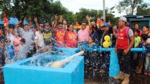 Familias nicaragüenses durante la inauguración de un pozo de agua potable en Nicaragua.