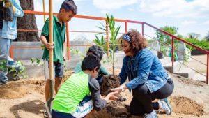 Alcaldesa Reyna Rueda junto a niños de la comarca Chiquilistagüa, sembrando árboles
