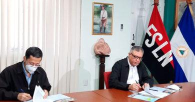 Presidente de ENACAL y representante de la empresa ganadora de la licitación del proyecto en la Firma del Contrato
