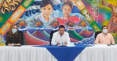 Asesor de la presidencia de la Nicaragua en temas educativos, Salvador Vanegas junto a demás autoridades educativas