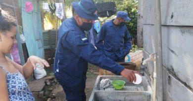 Efectivos militares del Distrito Naval Caribe de la Fuerza Naval del Ejército de Nicaragua durante la jornada de aplicación de BTI en Corn Island.