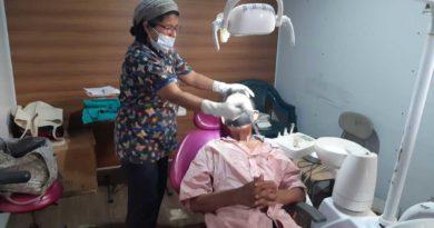 Poblador del barrio Oscar Turcio durante atención médica en clinicas móviles