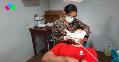 Un poblador del barrio El Recreo recibe atención médica por un especialista del Ministerio de Salud en la clínica móvil.