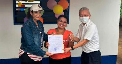 Alcaldesa de Managua y representante de Embajada de Taiwán, junto a la protagonista Kenia Yahosca Díaz Urbina.