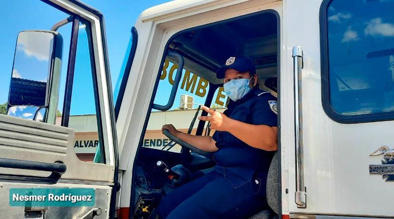 Flor Gutiérrez, operadora de camiones contra incendio de los bomberos Unificados de Nicaragua