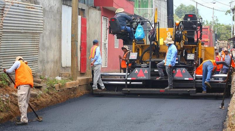 Trabajadores de la Alcaldía de Managua asfaltan una de las calles del barrio Grenada