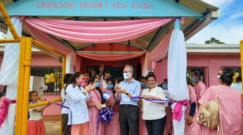 Doctora Sonia Castro y embajador Jaime Chi Mu wu en inauguración de casa materna