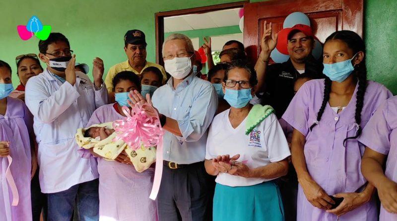 Funcionarios del Ministerio de Salud y de la Embajada de China Taiwán en Nicaragua durante la inauguración del proyecto de mejoramiento de la Casa Materna Celina López en Siuna.