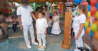 Un menor es censado por miembros del Ministerio de Salud, durante el inicio del Censo Nutricional en Managua