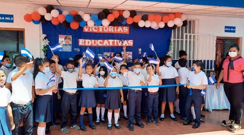 Estudiantes durante la inauguración de la rehabilitación del centro educativo Pablo VI en Managua