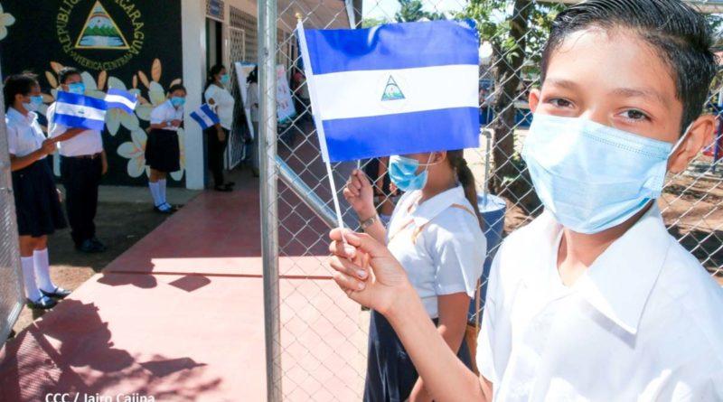 Estudiantes durante la inauguración de las mejoras en el centro educativo Héroes y Mártires de Xiloá