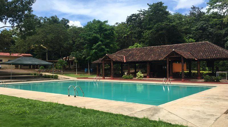 Vista de la piscina y los ranchones del centro turístico ecológico San José en Santo Tomás