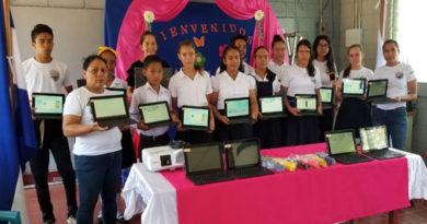 Estudiantes reciben recursos tecnológicos en diferentes centros educativos del país