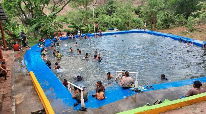 Familias en una de las piscinas del centro recreativo Baños Termales en Tipitapa