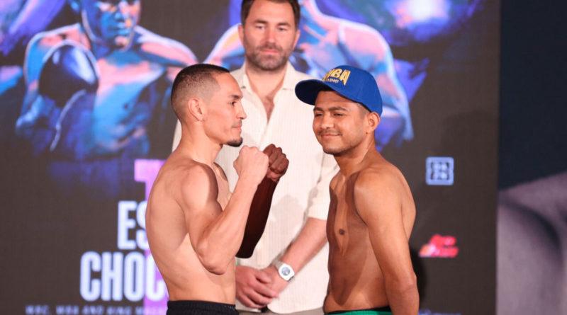 """Román """"Chocolatito"""" González riéndose frente a Francisco """"El Gallo"""" Estrada durante el pesaje oficial de la pelea."""