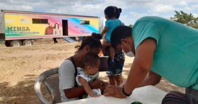 Médico del Ministerio de Salud brinda atención a una madre y hijo en Ciudad Belén