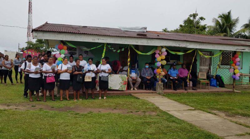 Mujeres comunitarias entonan canciones dando gracias a Dios por el proyecto de infraestructura que va a iniciar en su comunidad.