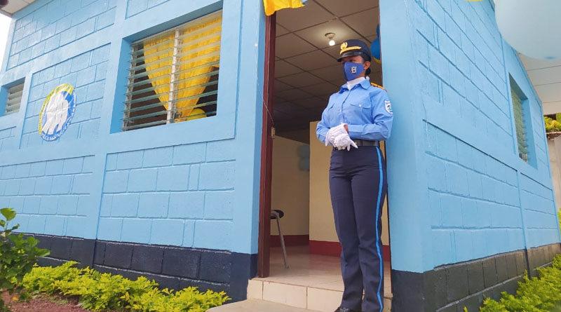 Fotografía de una agente junto a la nueva comisaría inaugurada en el municipio de San José de los Remates