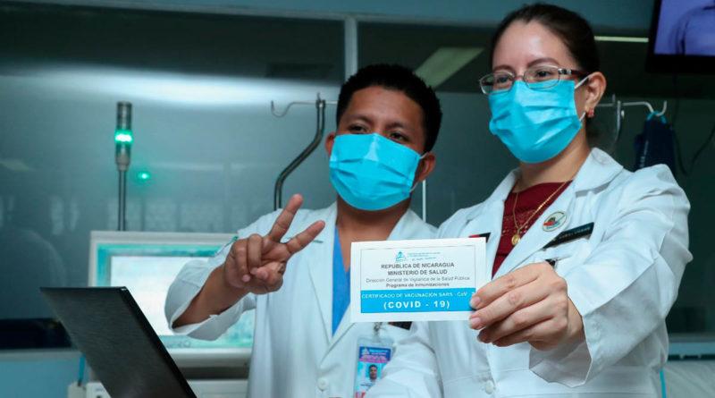 Doctora muestra el certificado de vacunación que entrega el Ministerio de Salud, tras ser vacunado voluntariamente una persona