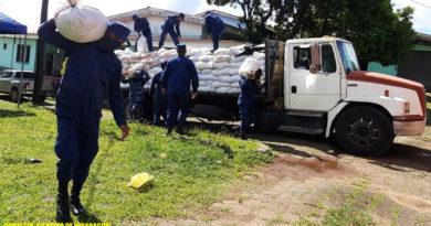 Efectivos militares de la Fuerza Naval de Nicaragua descargando paquetes alimenticios en Bluefields.