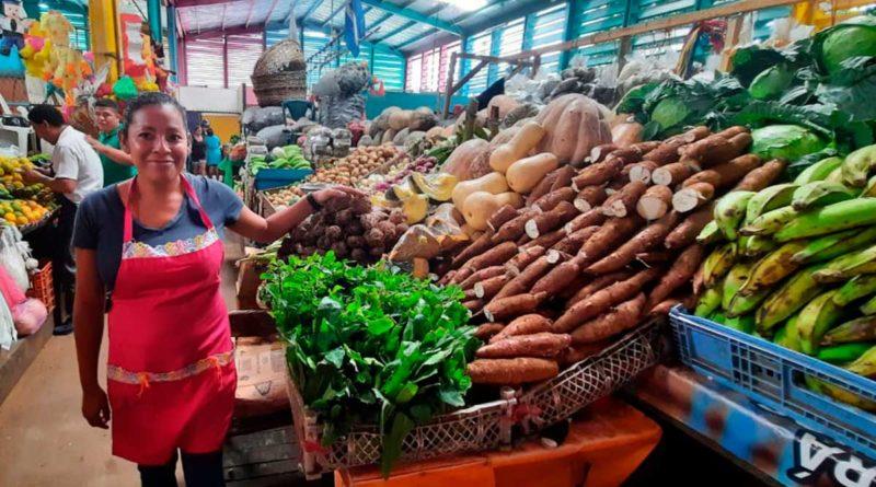 Comerciantes junto venta de verduras